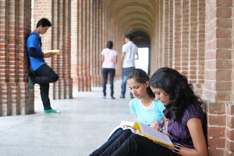 学院准备学员的考试印地安人 库存照片