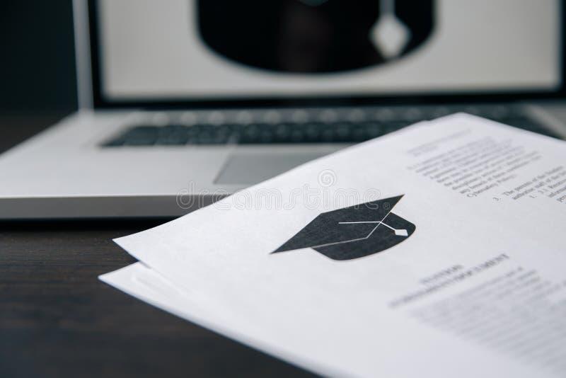 学院或大学应用或者信件从学校 学生或老师读的教育 免版税库存照片