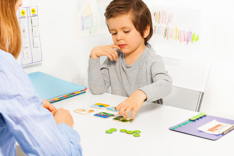 学龄前儿童男孩和开发的比赛与卡片 库存照片