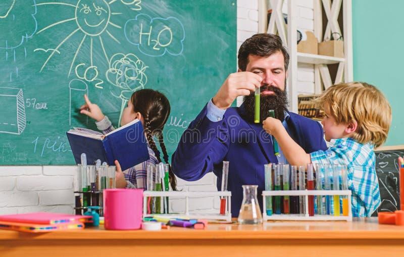 学龄前儿童的俱乐部 在学校俱乐部是巨大方式开发孩子用不同的区域后 化学实验 库存照片