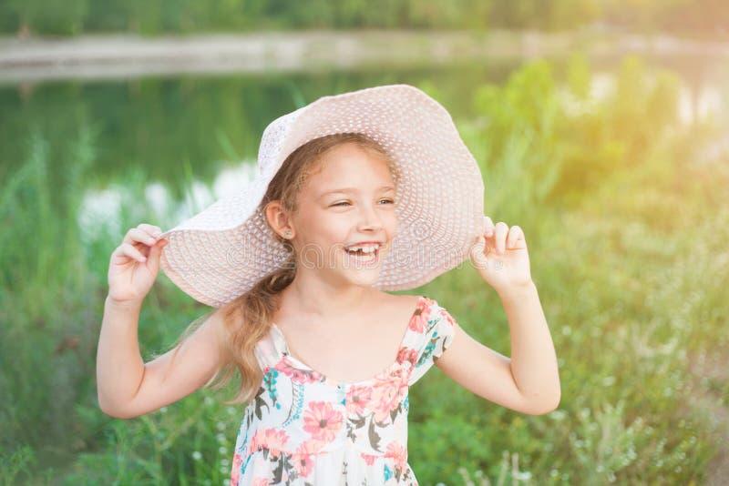 学龄前年龄的逗人喜爱的女孩本质上 画象激动正面 免版税库存图片