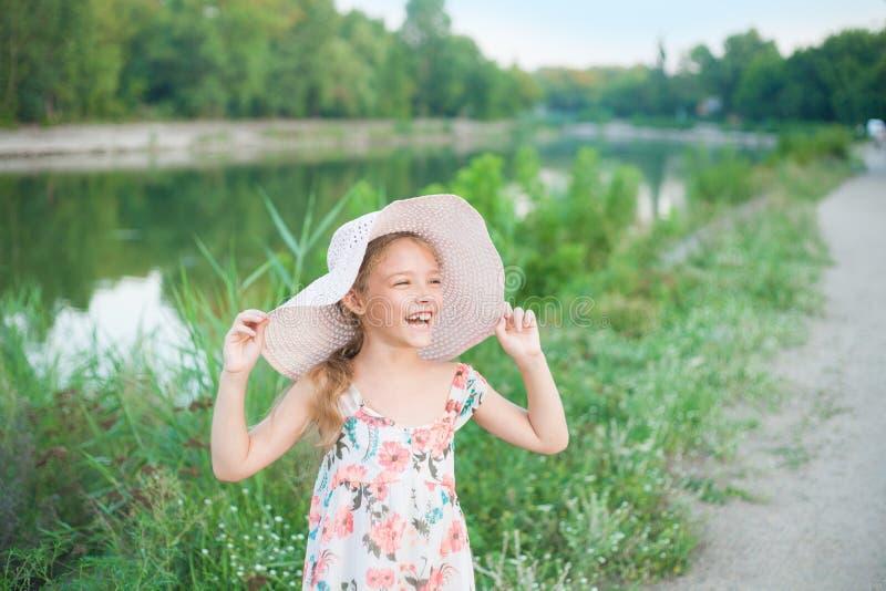 学龄前年龄的逗人喜爱的女孩本质上 画象激动正面 库存图片