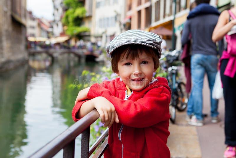 学龄前男孩甜画象在阿讷西,法国, s镇  免版税库存照片