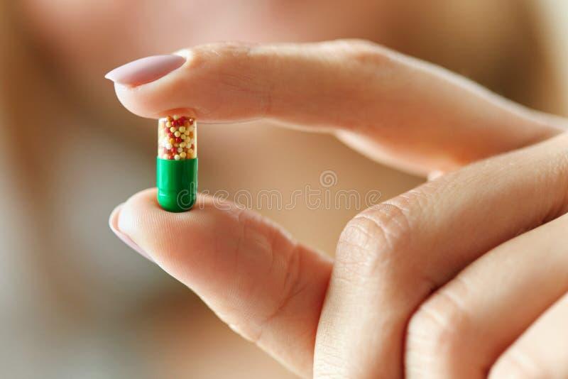医学 拿着五颜六色的药片,片剂的女性手 免版税图库摄影
