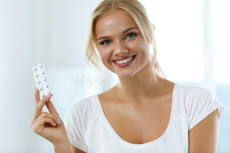 医学 握有药片的美丽的微笑的妇女水泡 免版税图库摄影