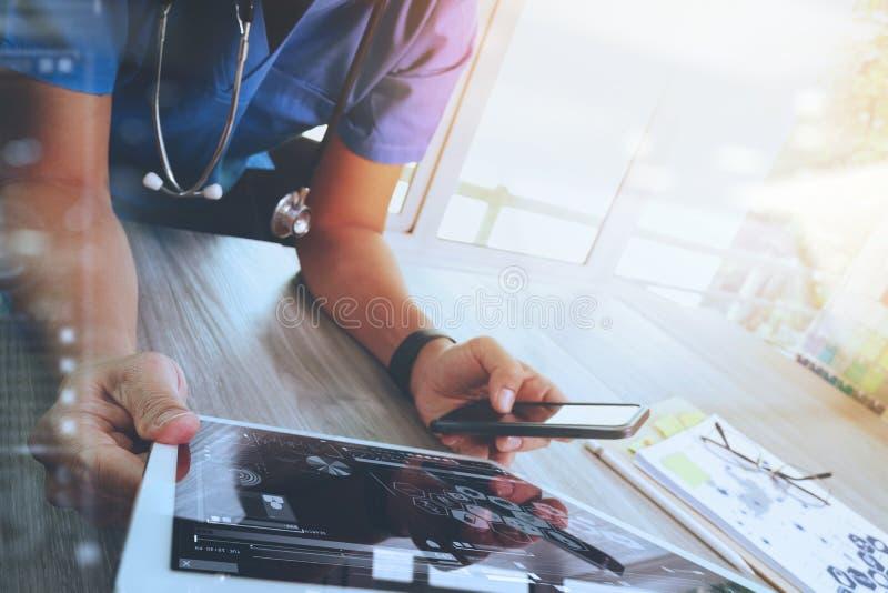 医学医生手与现代数字式片剂计算机一起使用 免版税库存照片