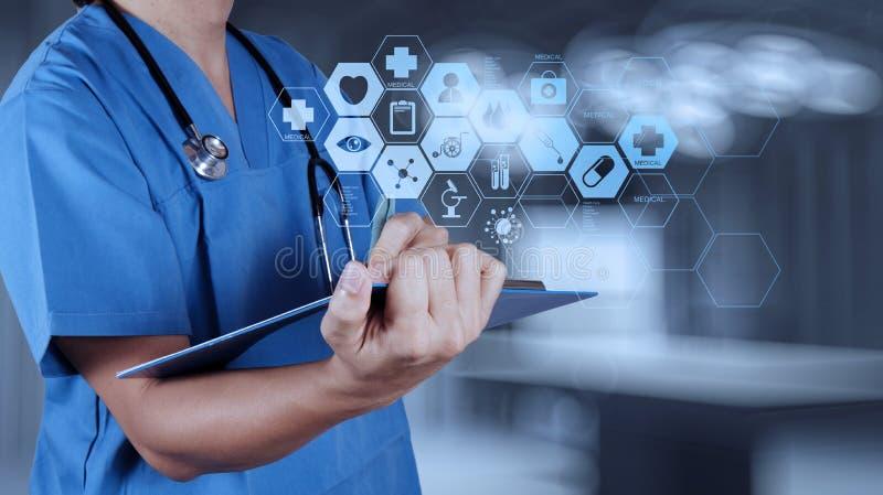 医学医生手与现代计算机接口一起使用 库存图片