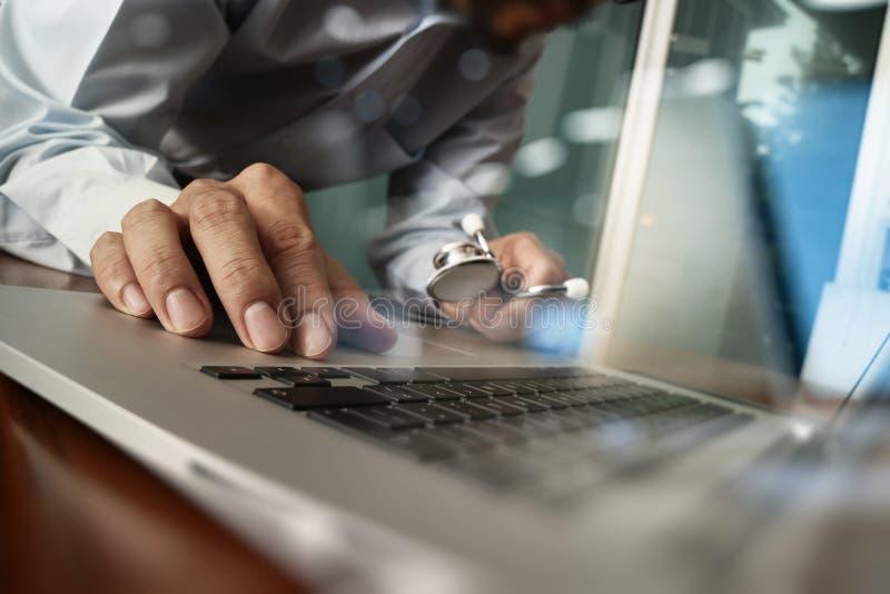 医学医疗医生的手与现代计算机一起使用和 免版税图库摄影