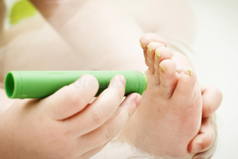 婴孩修脚 免版税图库摄影