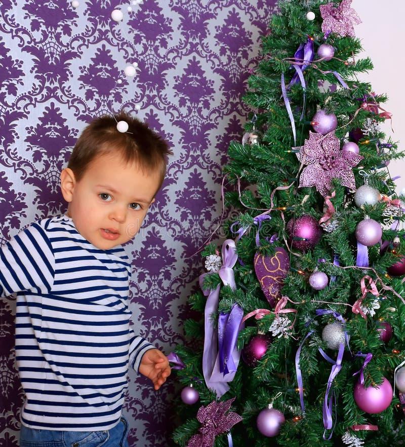 婴孩和圣诞树 免版税库存图片