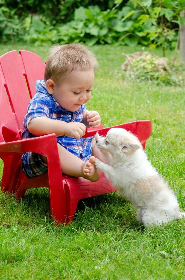 婴孩和小狗戏剧 图库摄影
