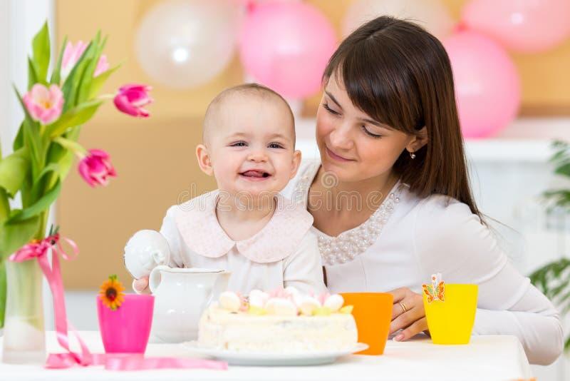 婴孩和母亲庆祝第一个生日 免版税库存照片