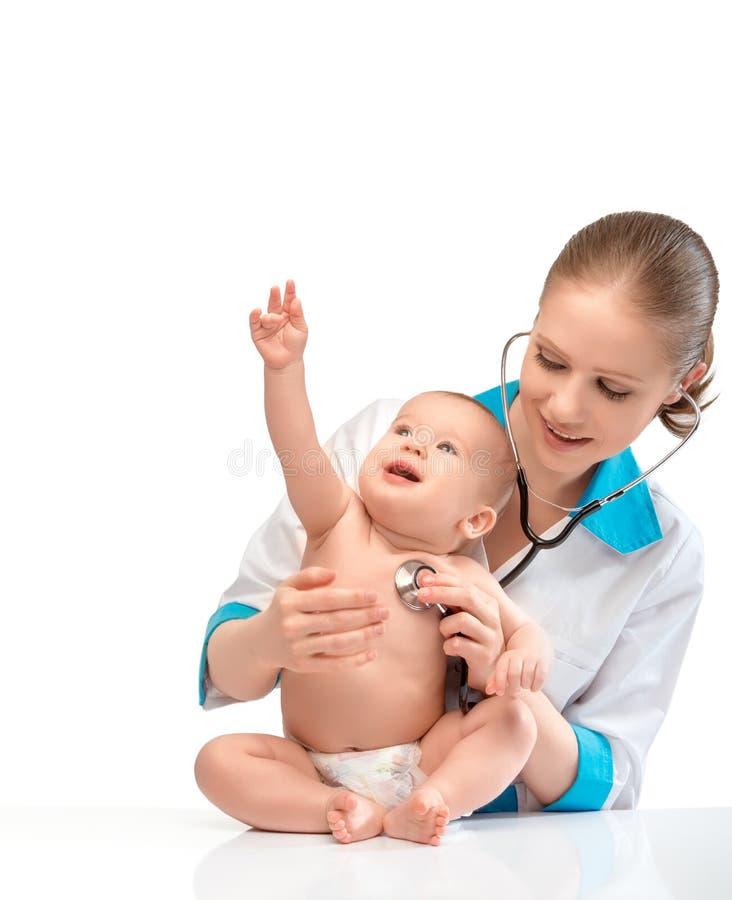 婴孩和医生儿科医生。医生听与s的心脏 库存图片