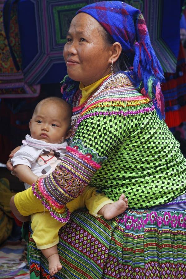 婴孩和他的母亲在市场上 免版税库存图片