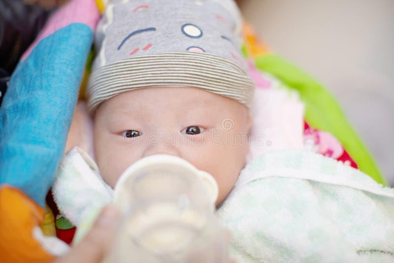 婴孩哺养 库存图片