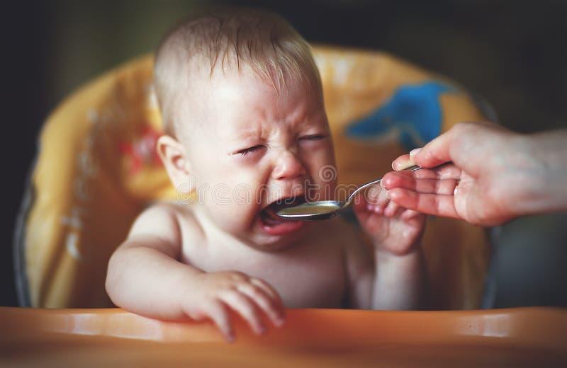 婴孩啼声,反复无常,拒绝吃 免版税库存照片