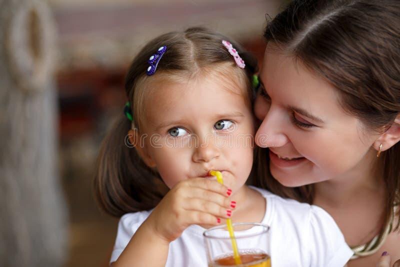 婴孩喝汁液 库存照片
