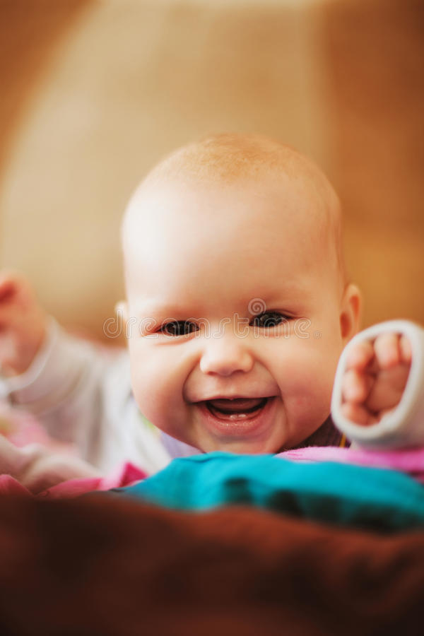 婴孩在家。 免版税库存图片
