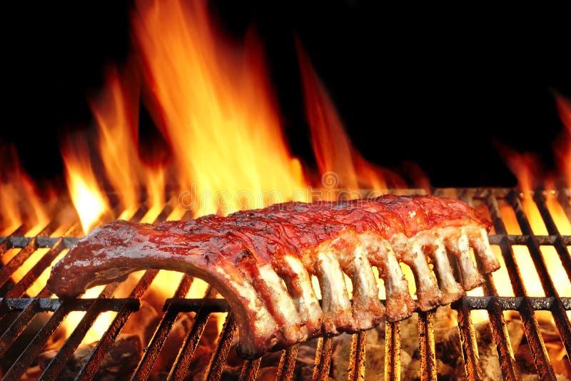 婴孩在热的火焰状格栅的后面或猪肉排骨 免版税图库摄影