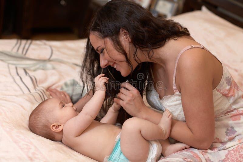 婴孩她的母亲甜点 免版税库存照片