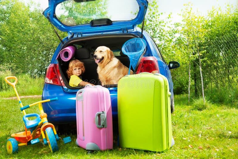 孩子、狗和行李等待的depature 免版税库存图片