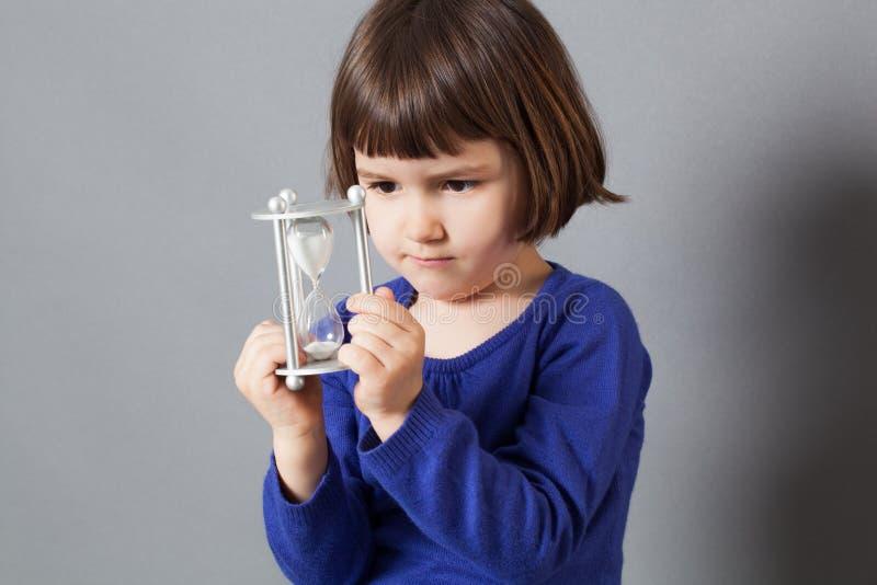 孩子与1小时玻璃的时间概念 免版税库存图片