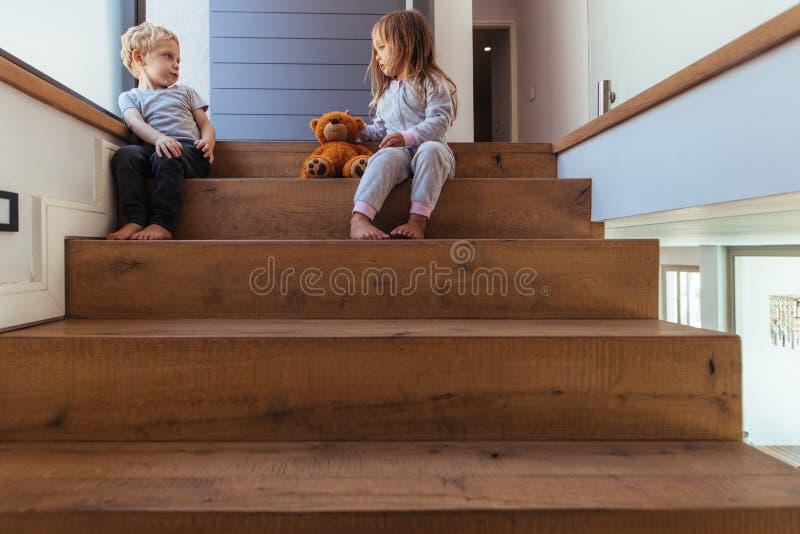 孩子为赞成玩具熊而辩论 库存图片