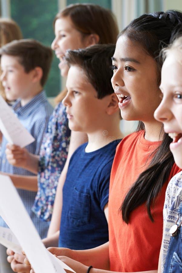 孩子享用唱小组的小组 免版税库存照片