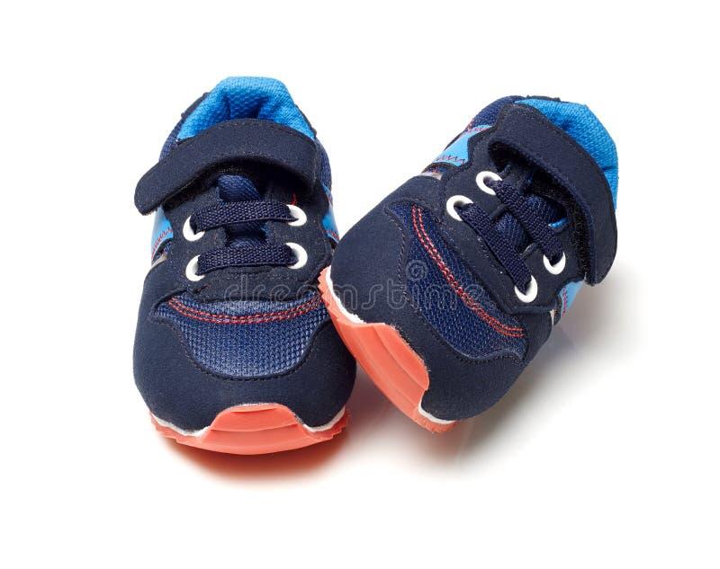 孩子体育鞋子 免版税库存照片