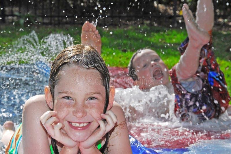 孩子作用水年轻人 库存图片