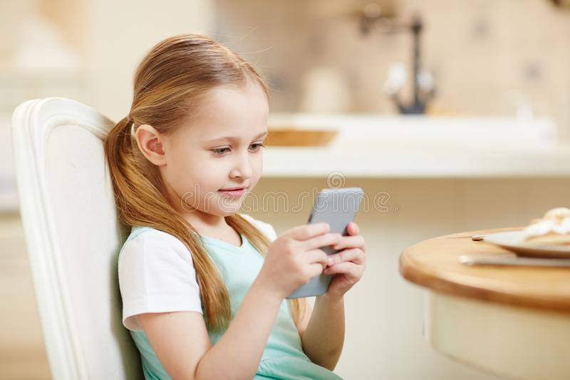 孩子使上瘾对小配件 免版税库存照片