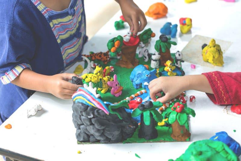 孩子使用与黏土造型形状的,儿童创造性 库存照片