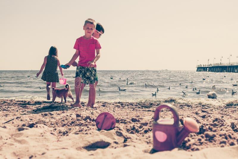 孩子使用室外在海滩 免版税图库摄影