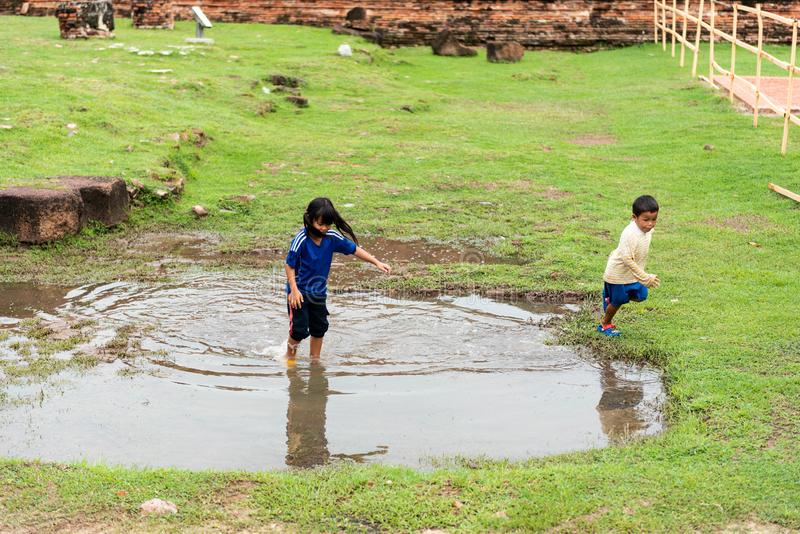 孩子充当阿尤特拉利夫雷斯历史公园 免版税图库摄影