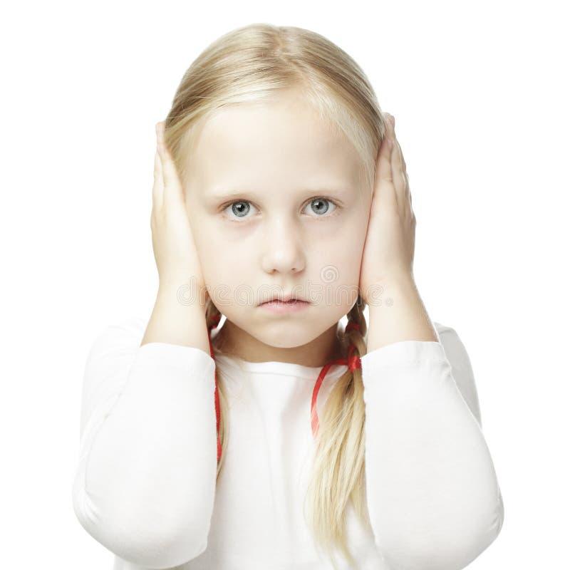 孩子关闭了他的在他的耳朵的手 免版税图库摄影