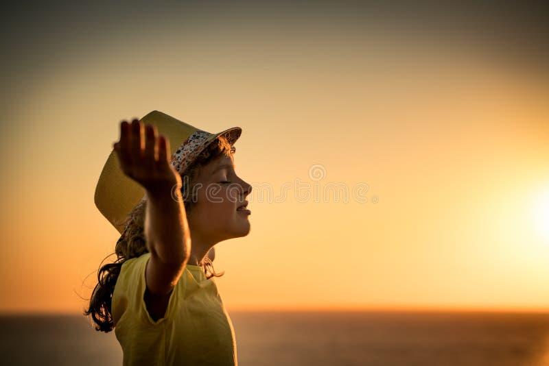 孩子剪影海滩的 免版税库存图片