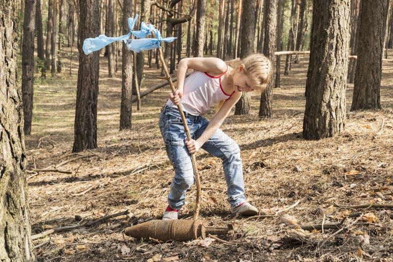 孩子发现了一颗装着炸药的炸弹 图库摄影