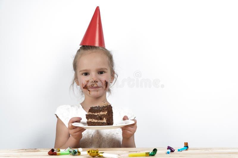 孩子吃蛋糕 儿童生日生日 免版税库存图片
