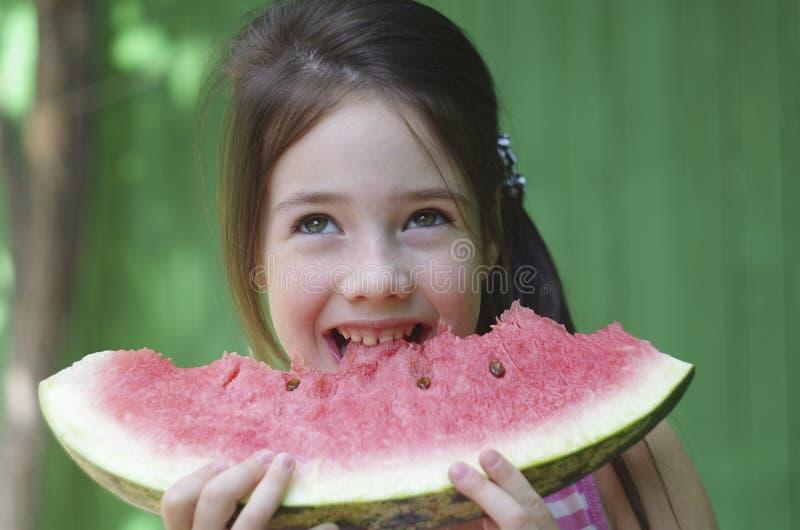 孩子吃西瓜 库存照片