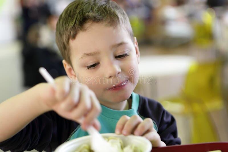 孩子吃pelmeni 图库摄影