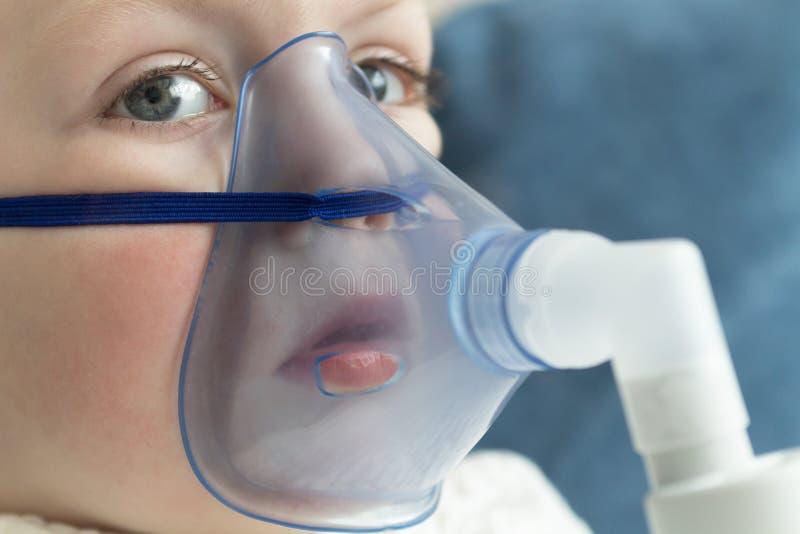 孩子呼吸与吸入器 复制空间 免版税库存图片