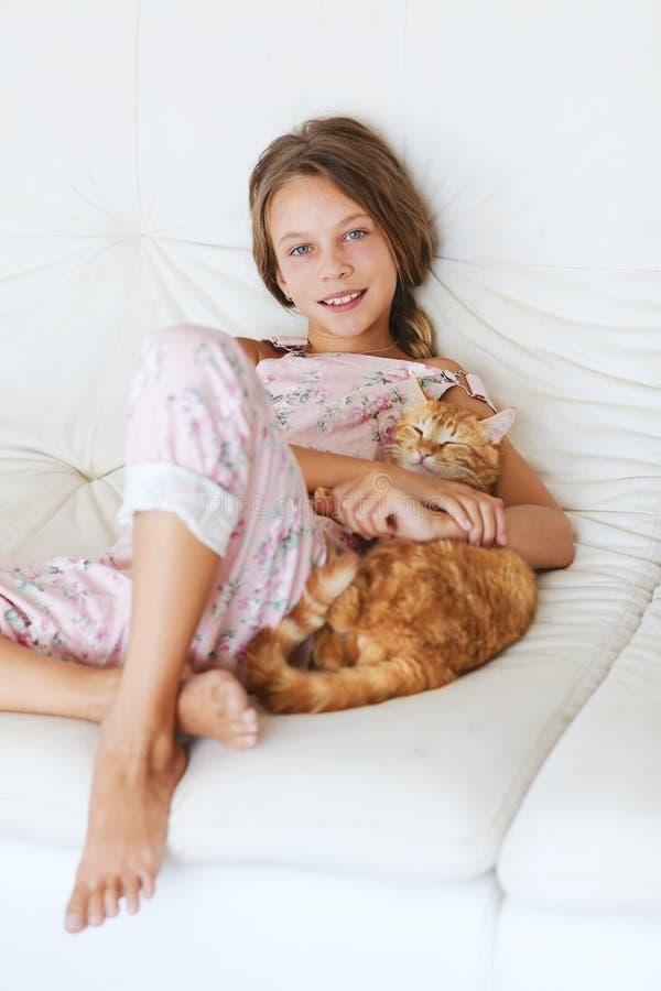 孩子和宠物 免版税库存图片