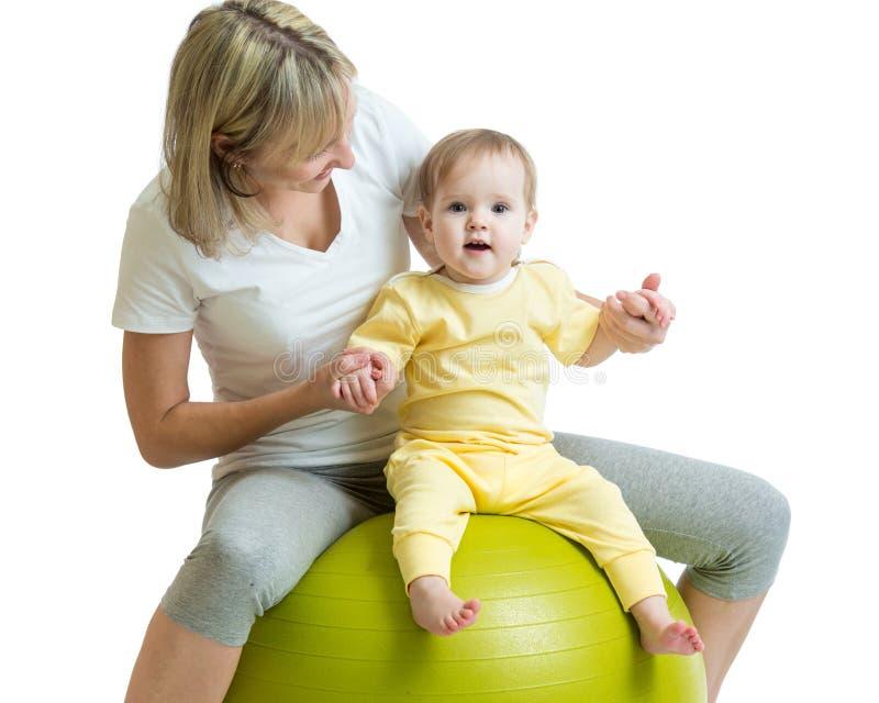 孩子和母亲有健身球的 免版税库存图片