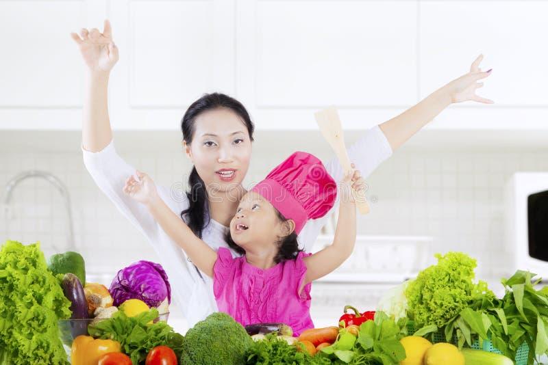 孩子和母亲有菜的 免版税图库摄影