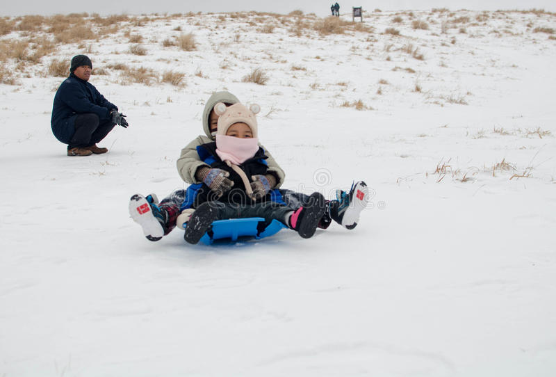 孩子和父母戏剧在雪 库存照片