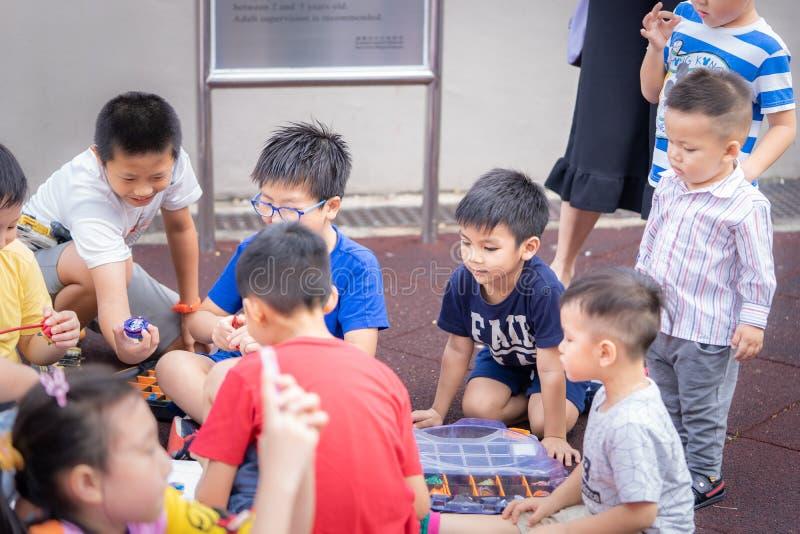 孩子和父母有美好时光在九龙公园playgro 免版税库存照片