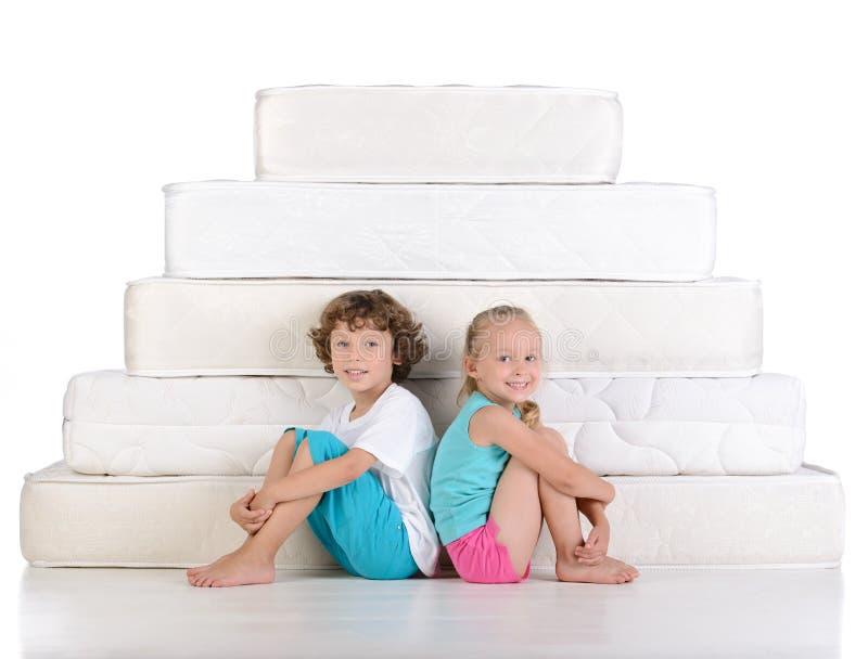 孩子和许多床垫 免版税库存照片