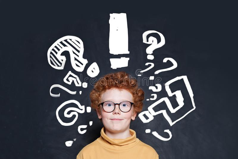 孩子和问号在黑板背景 免版税库存图片