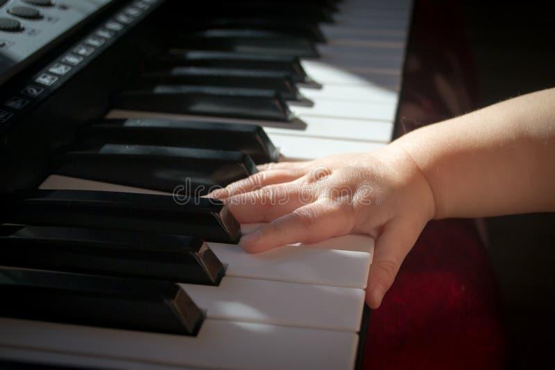 孩子和音乐 免版税库存照片