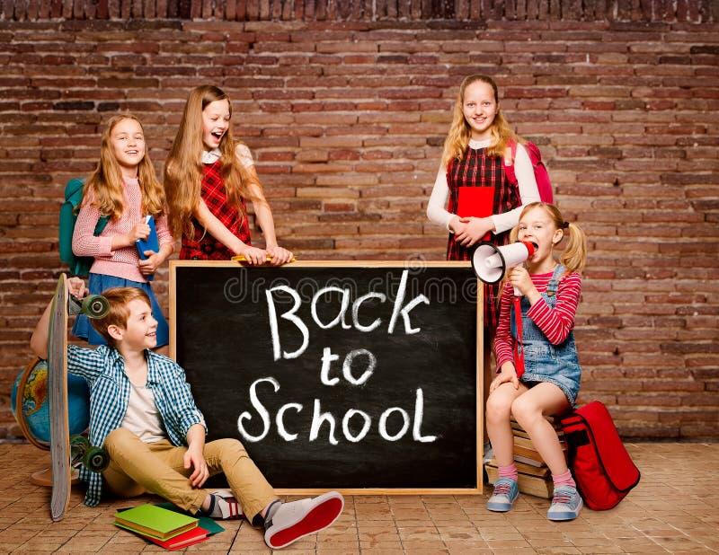孩子和黑板有图画的,回到学校,年轻学生黑黑板 免版税图库摄影